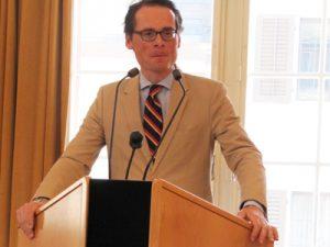Roger Köpper hält sich am Rednerpult