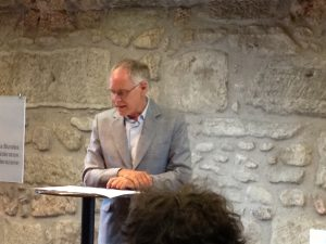 Moritz Leuenberger liest vom Manuskript ab