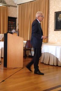 Pierin Vincenz mit dem Rücken zum Publikum