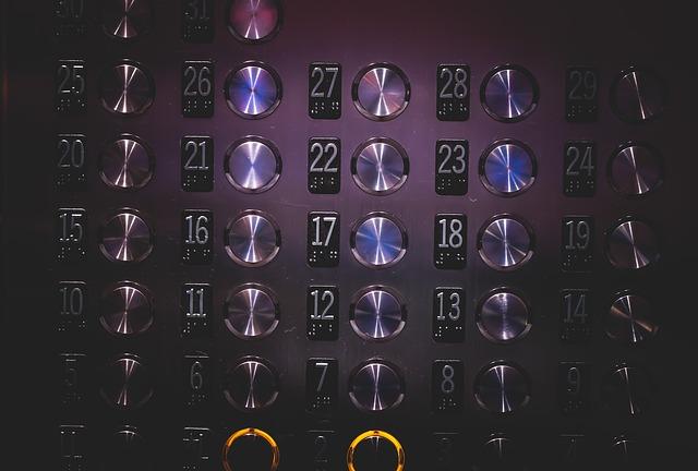 Mund halten oder aufmachen: So vermeiden Sie unangenehme Situationen in Aufzügen