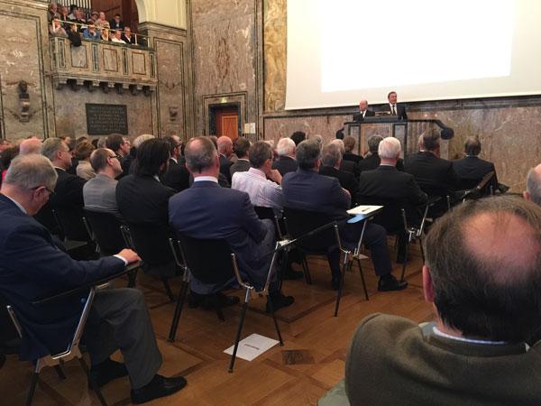 Gerhard Schröder begrüßt das Publikum
