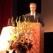 Herbert Bolliger blickt auf den Bildschirm des Laptops statt ins Publikum