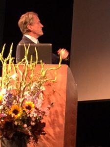 Herbert Bolliger blickt auf die Leinwand statt ins Publikum.