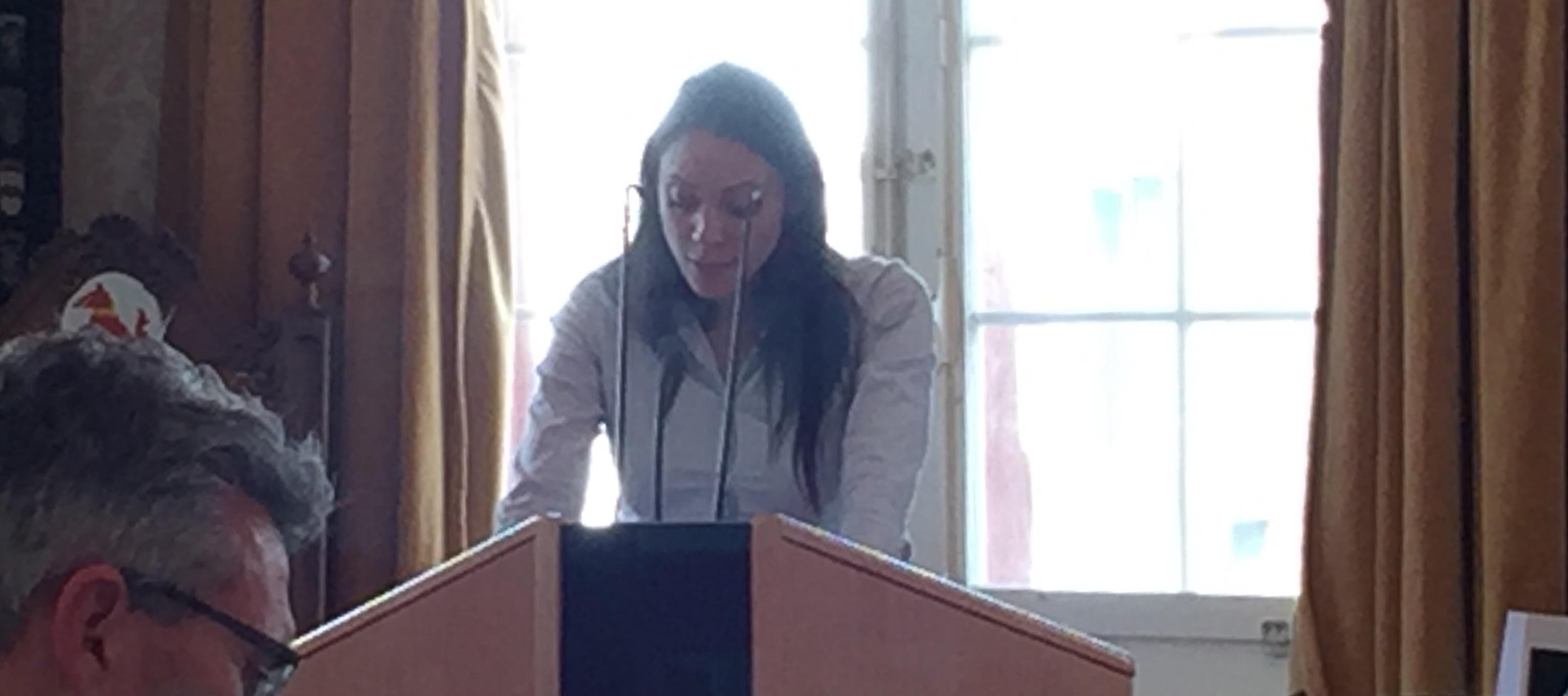 Zoe Jenny liest vom Manuskript.
